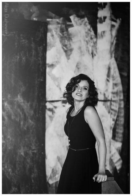czarno-biała Sesja zdjęciowa pięknej kobiety