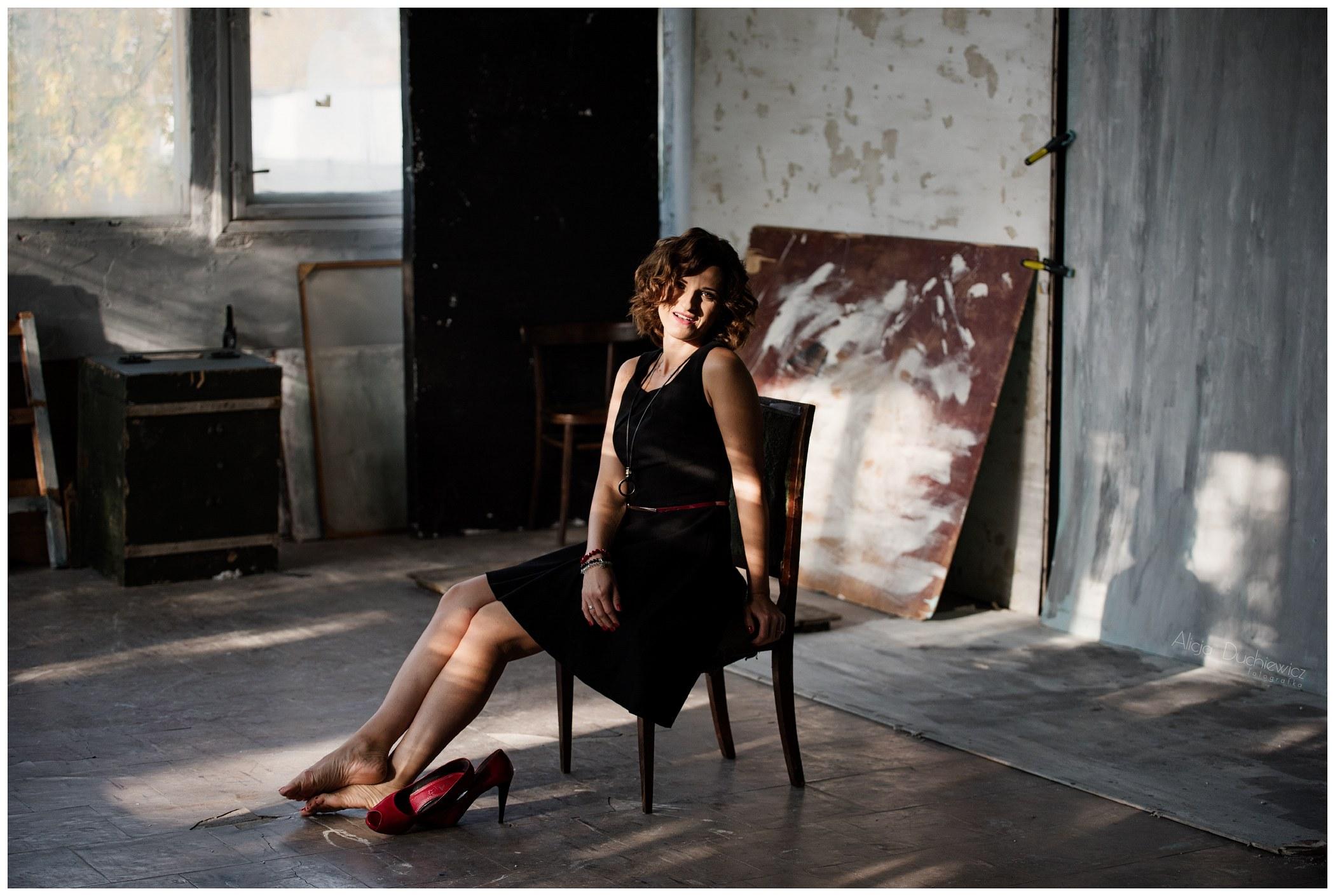 Industrialna sesja zdjęciowa pięknej kobiety
