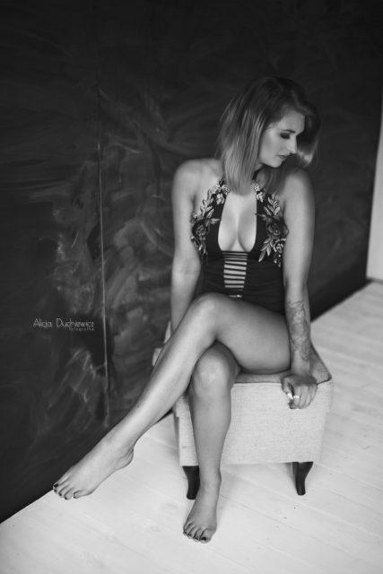 Sesja kobieca, czarno-białe zdjęcie pięknej kobiety, Alicja Duchiewicz-Potocka fotografka