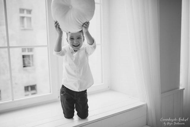 fotografia radosnego chłopca