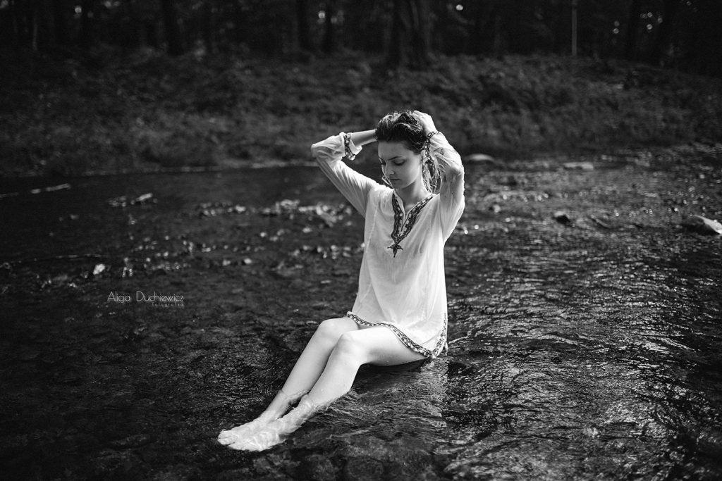 Czarno-białe zdjęcie z ziarnem w wodzie.
