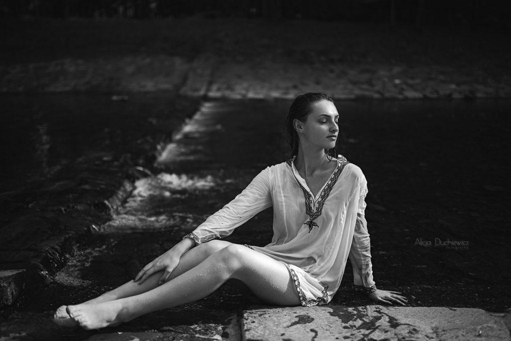 Piękna dziewczyna na brzegu, fotografka Alicja Duchiewicz