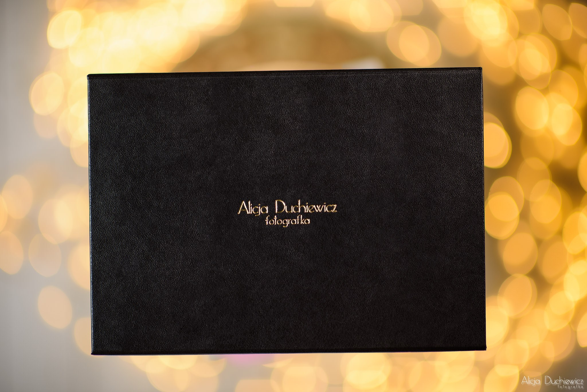 Pudełko sygnowane nazwiskiem Alicja Duchiewicz Fotografka